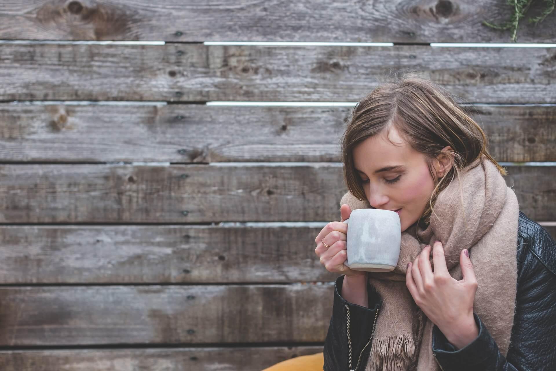 femme hiver café